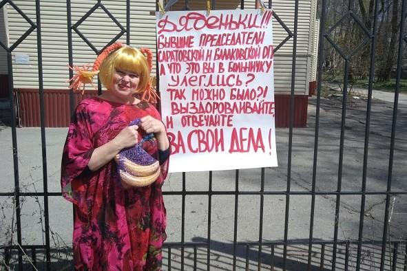Надежда Познякова в образе девочки-паиньки пикетировала заброшенную детскую больницу