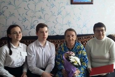 Волонтеры проекта День рождения героя поздравили жительницу Балакова