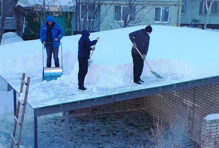 Ох, Ладушки. Прокурор заставил очистить крыши веранд детского сада от снега