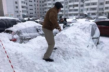 Талый снег, сошедший с крыши Форума, пощадил автомобили. Но все равно у домов не паркуйтесь