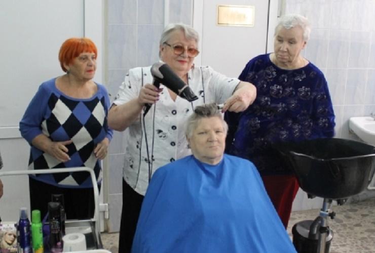 Пенсионеров научат парикмахерскому делу