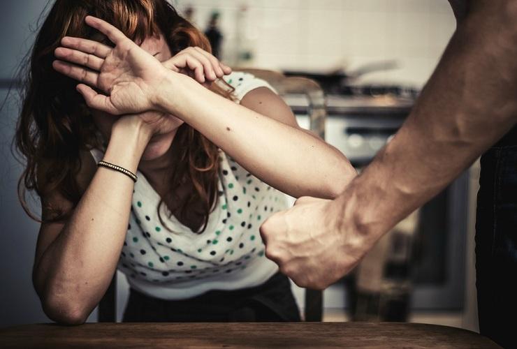 Балаковский ревнивец ногами избил сожительницу