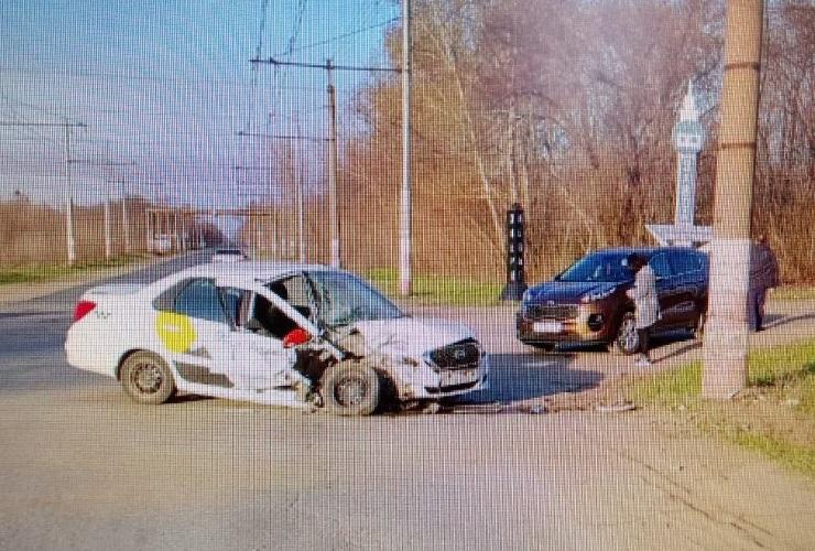 Автоледи на Datsun врезалась в столб и покалечилась