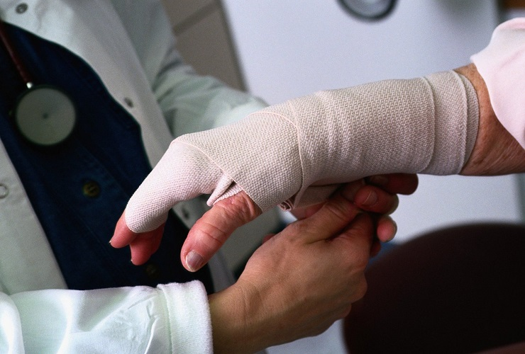 Покалечивший руку слесарь отсудил у Электрических сетей 200 тысяч