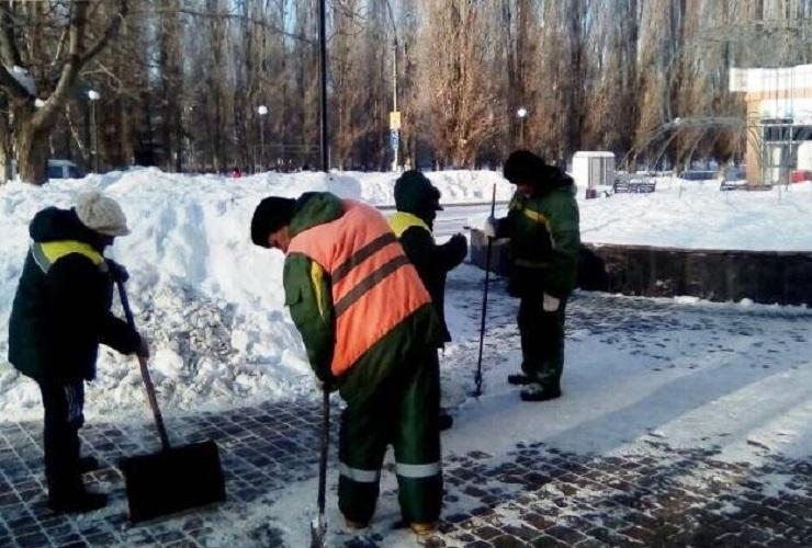 Очищают от снега дорожки - посыпают их солью с песком