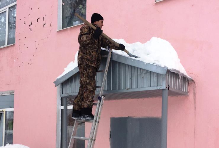 Очистили крыши школ от снега только после прихода прокурора