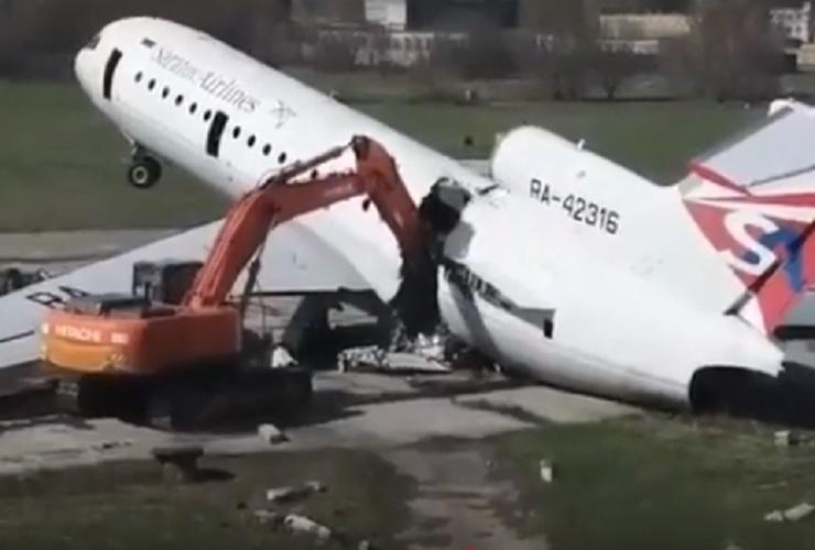 Самолеты Саратовских авиалиний режут на металлолом