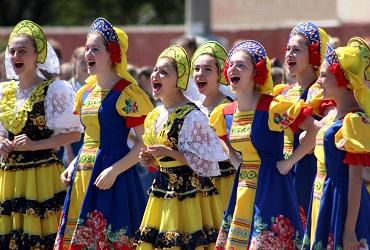 Балаковцы станцевали попурри из русских народных песен. Фото