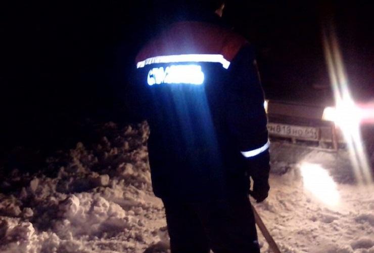 Очистили лопатами несколько сотен метров дороги от снега ради спасения рыбаков