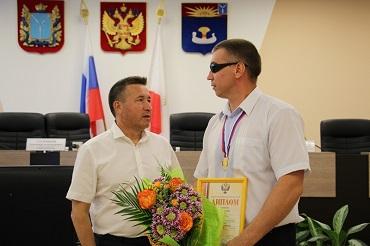 Александр Соловьев наградил слепого толкателя ядра. Видео