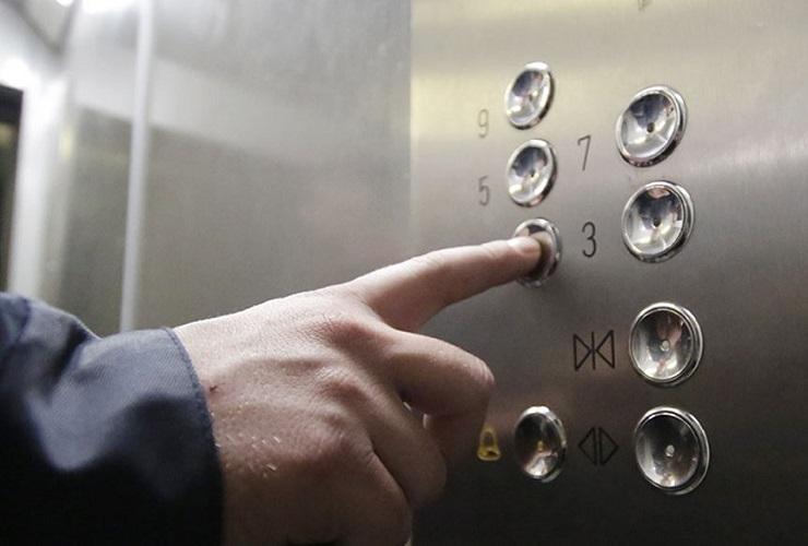 Неадекватный балаковец спрятался от спасателей в лифте