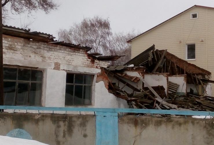 Под тяжестью талого снега обрушилась крыша больницы