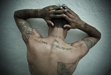 Балаковец показывал сокамерникам нацистские татуировки