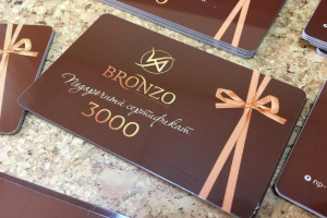 Изготовление подарочных пластиковых карт для салона красоты Bronzo