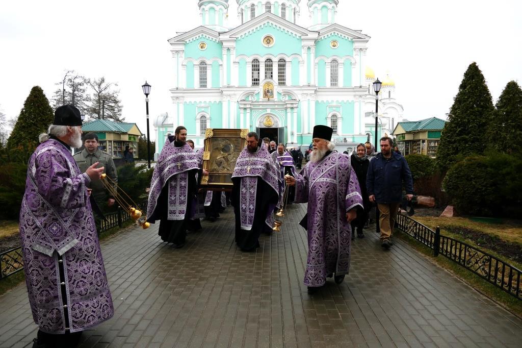 Автомобильные крестные ходы прошли в городах Серафимовой земли