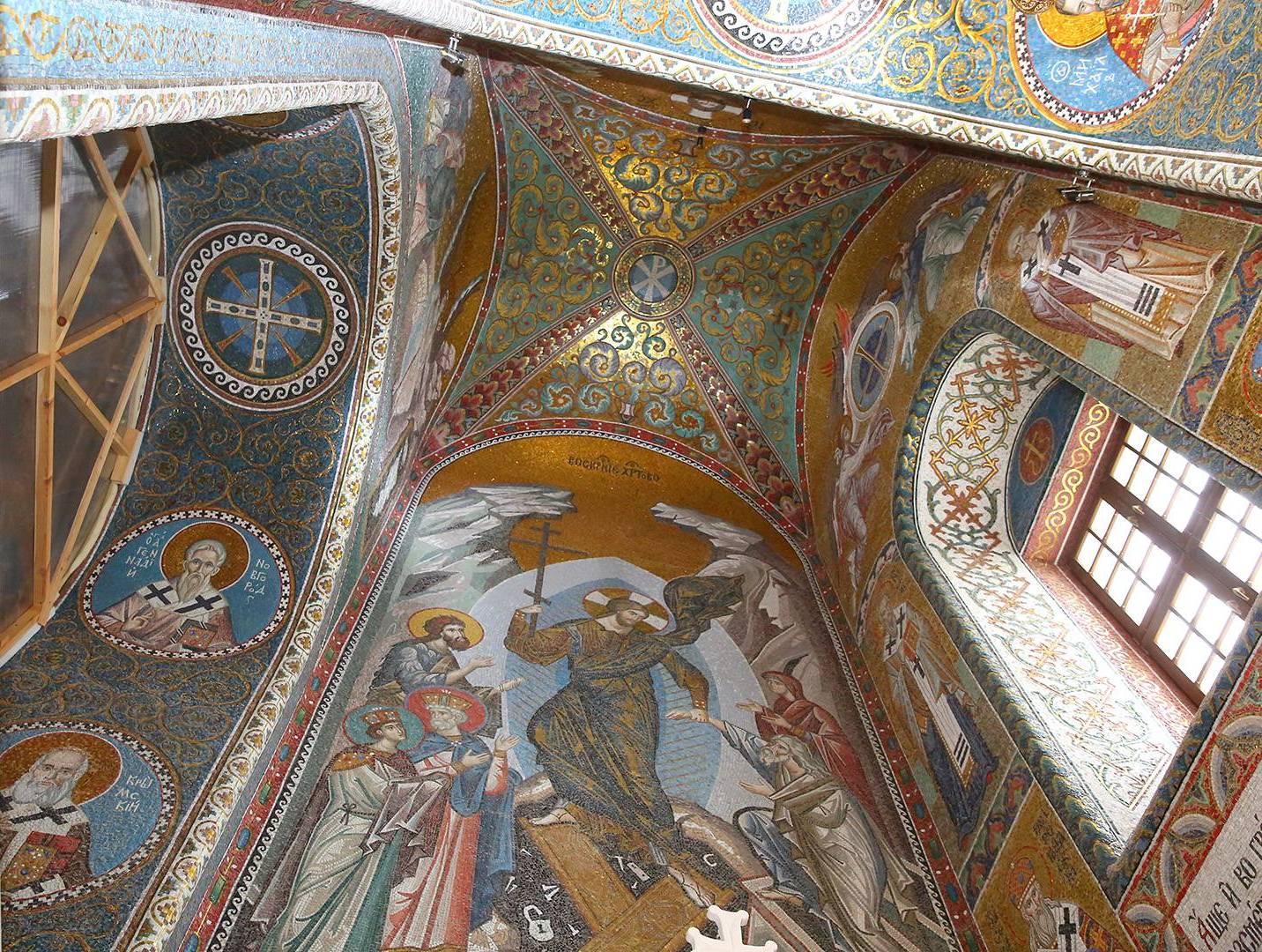 В верхнем храме Благовещенского собора Дивеевского монастыря продолжаются работы по монтажу мозаичных фресок