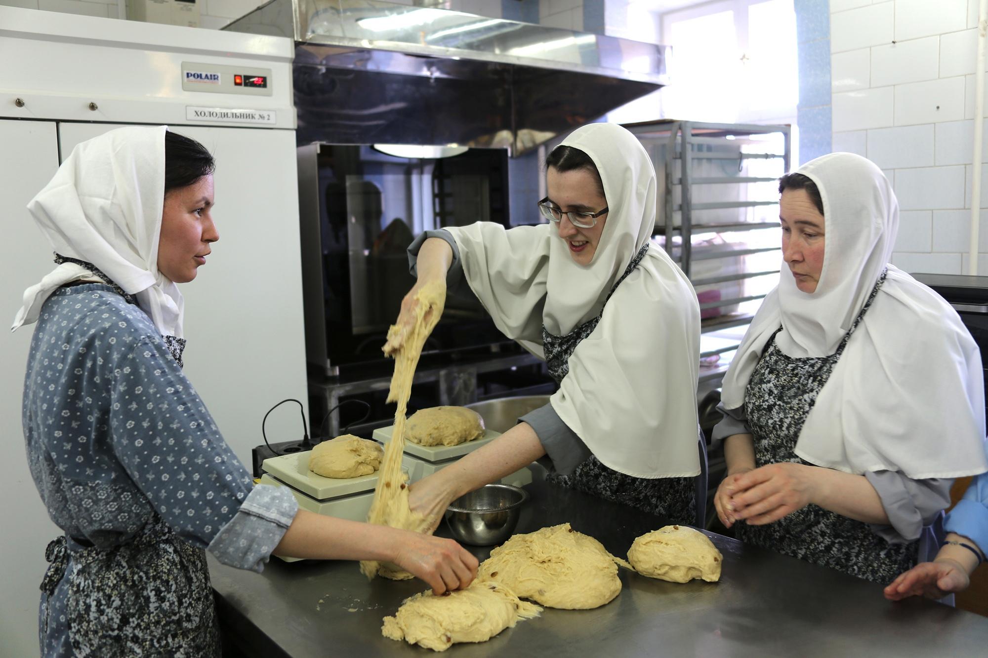 Сестры Дивеевского монастыря начали выпекать пасхальные куличи