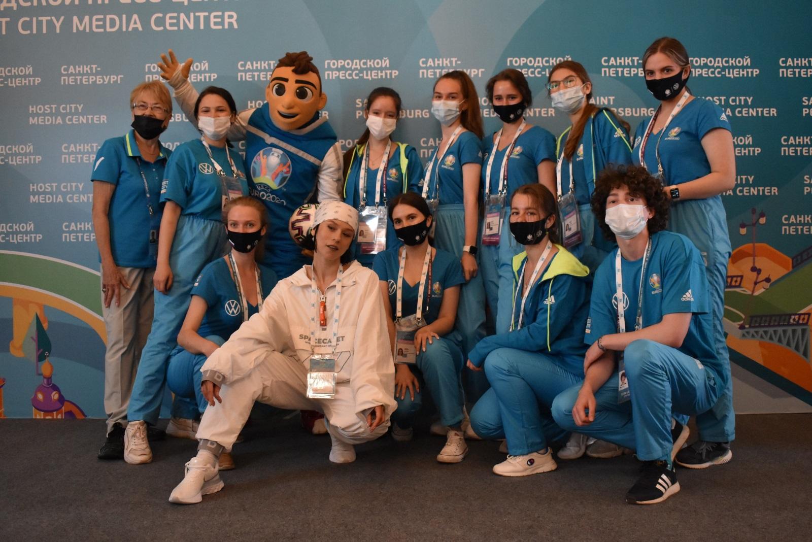 Катя IOWA, Скиллзи и волонтеры Евро-2020 в городском пресс-центре Санкт-Петербурга. Фото: Спорт 25.