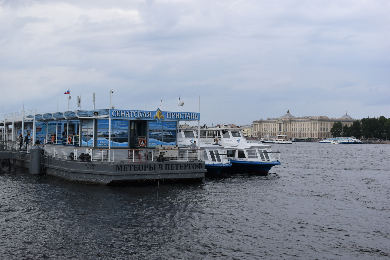 Жители и гости Санкт-Петербурга могут отправиться на экскурсию в Кронштадт и стать участниками исторических экскурсий.