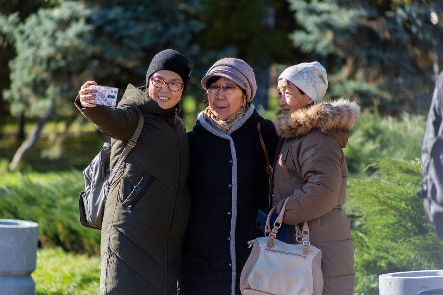 Фото Подарок октября: новосибирцы вышли шуршать листьями в последний тёплый день осени 6