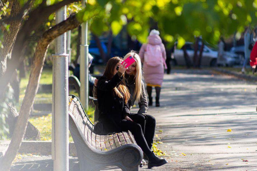 Фото Подарок октября: новосибирцы вышли шуршать листьями в последний тёплый день осени 11