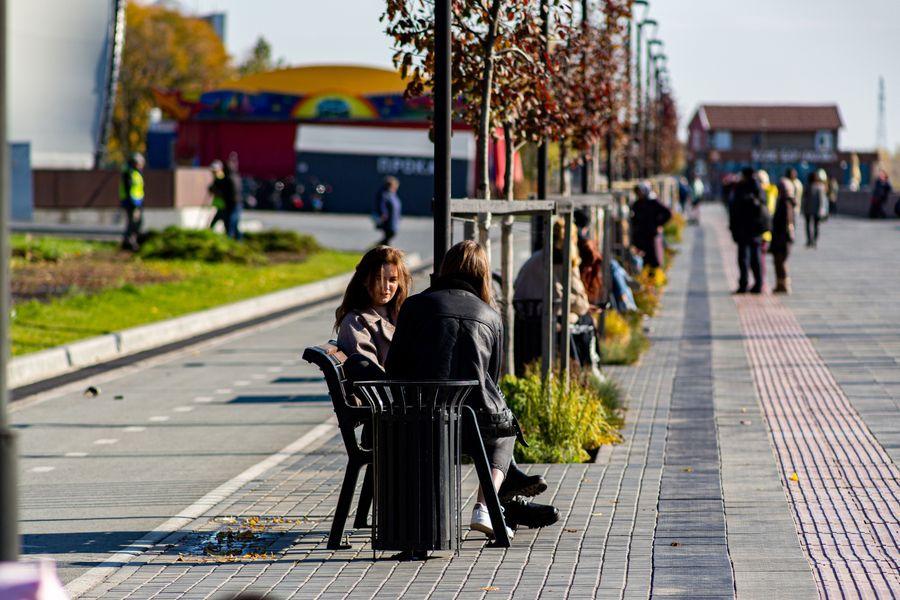Фото Подарок октября: новосибирцы вышли шуршать листьями в последний тёплый день осени 18