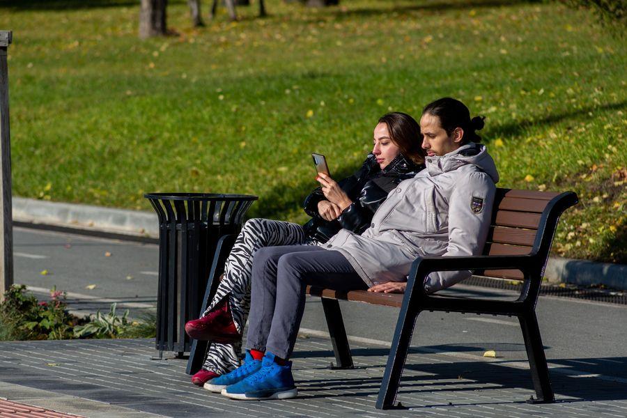 Фото Подарок октября: новосибирцы вышли шуршать листьями в последний тёплый день осени 20