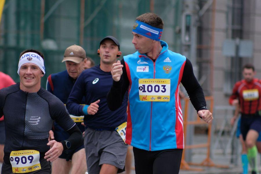 Фото Супермен, красавицы и пульс 130: в Новосибирске пробежали полумарафон Раевича 55