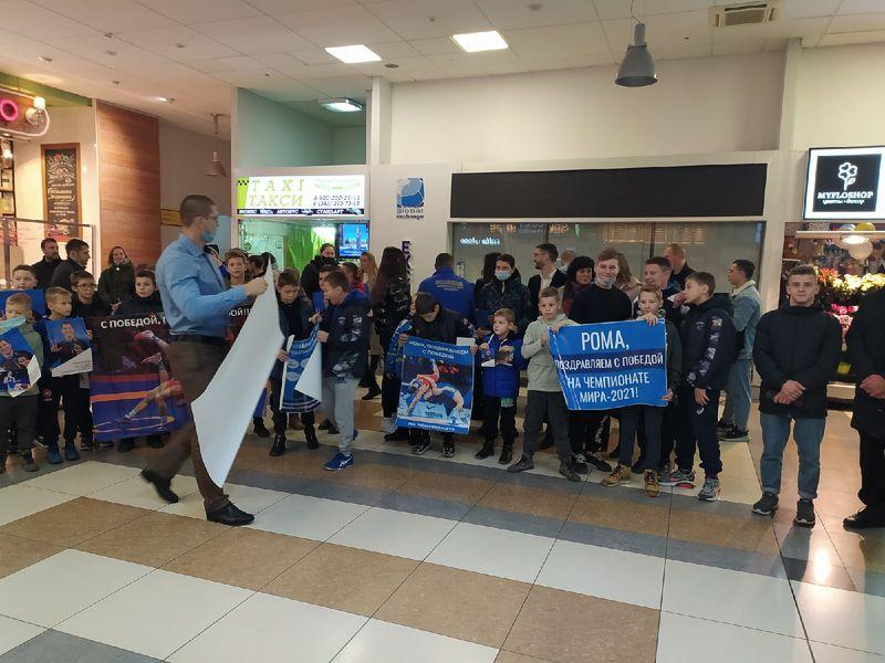 Фото Чемпион в кубе: Роман Власов прилетел в Новосибирск 3