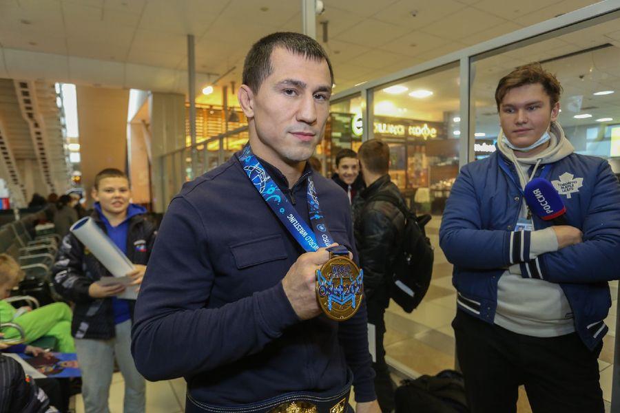 Фото Чемпион в кубе: Роман Власов прилетел в Новосибирск 7