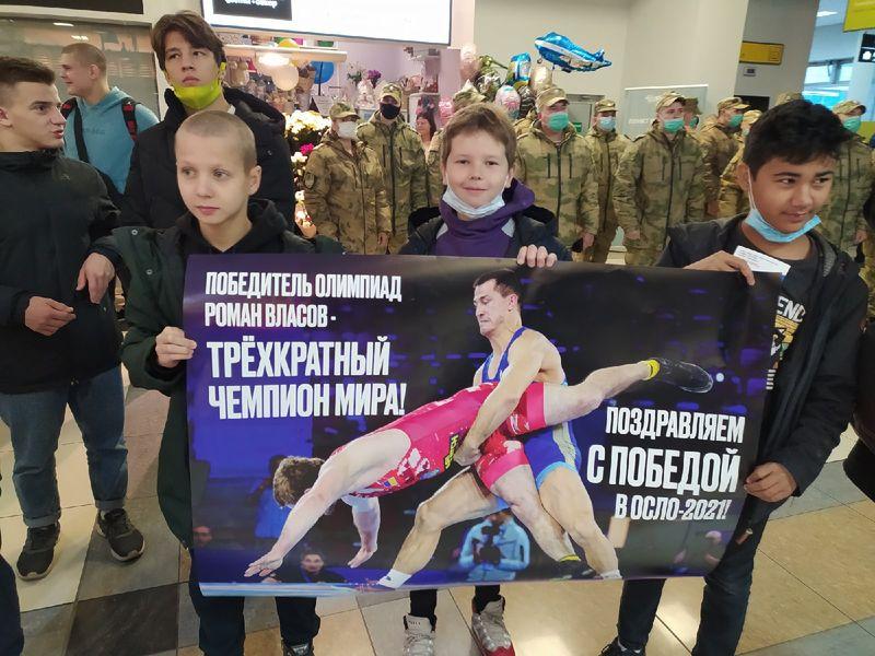 Фото Чемпион в кубе: Роман Власов прилетел в Новосибирск 11