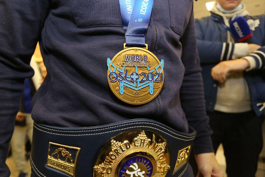 Фото Чемпион в кубе: Роман Власов прилетел в Новосибирск 6