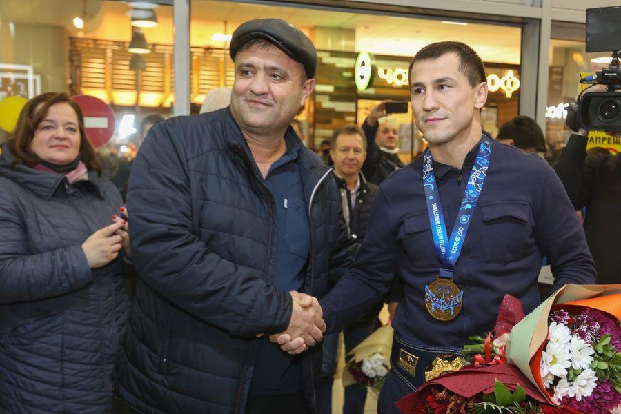 Фото Чемпион в кубе: Роман Власов прилетел в Новосибирск 12