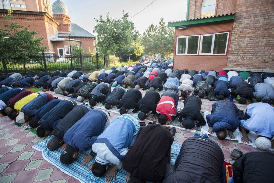 фото Мусульмане отмечают праздник жертвоприношения Курбан-байрам в Новосибирске 17
