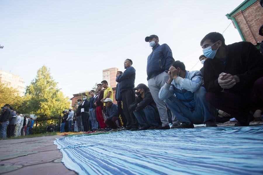 фото Мусульмане отмечают праздник жертвоприношения Курбан-байрам в Новосибирске 26