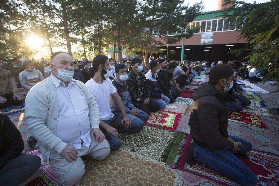 фото Мусульмане отмечают праздник жертвоприношения Курбан-байрам в Новосибирске 33