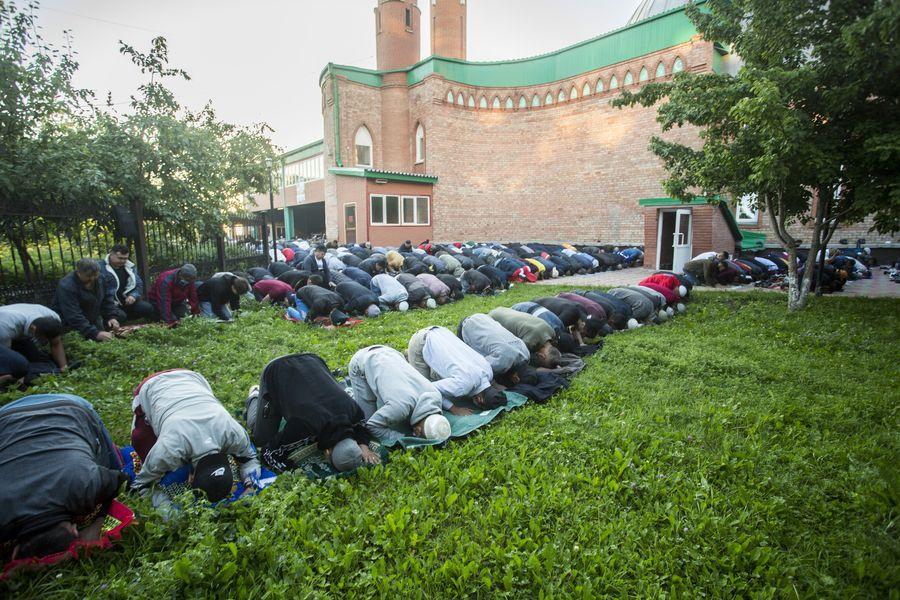 фото Мусульмане отмечают праздник жертвоприношения Курбан-байрам в Новосибирске 11