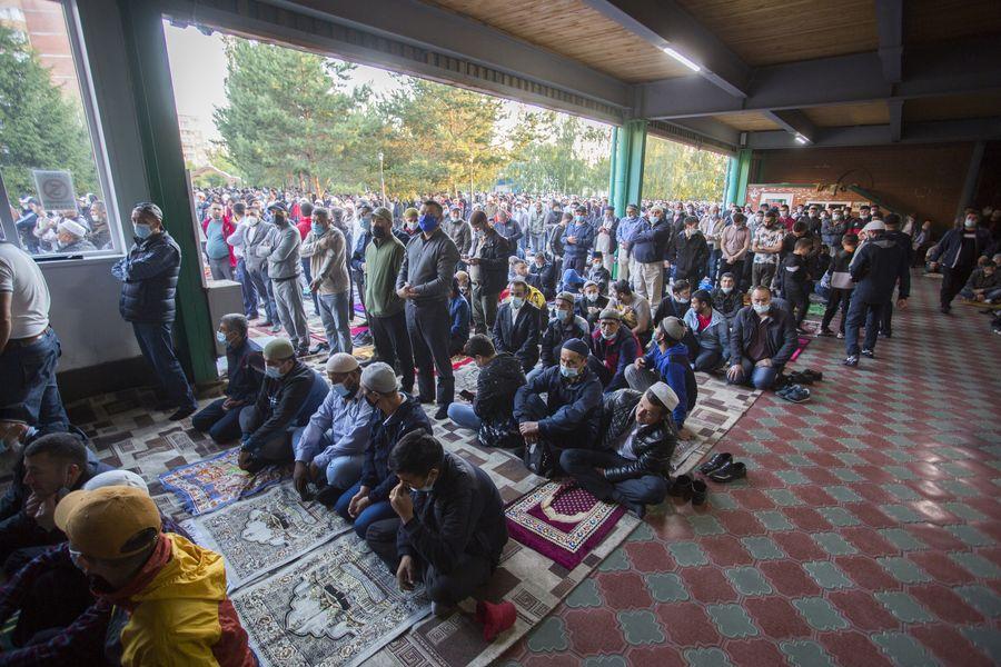фото Мусульмане отмечают праздник жертвоприношения Курбан-байрам в Новосибирске 12