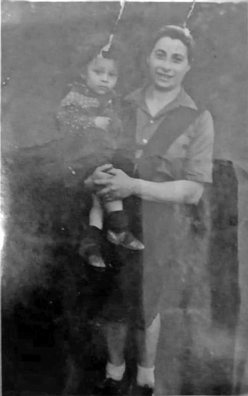 Гиршовичене София со старшим сыном. 1951-1952 год.