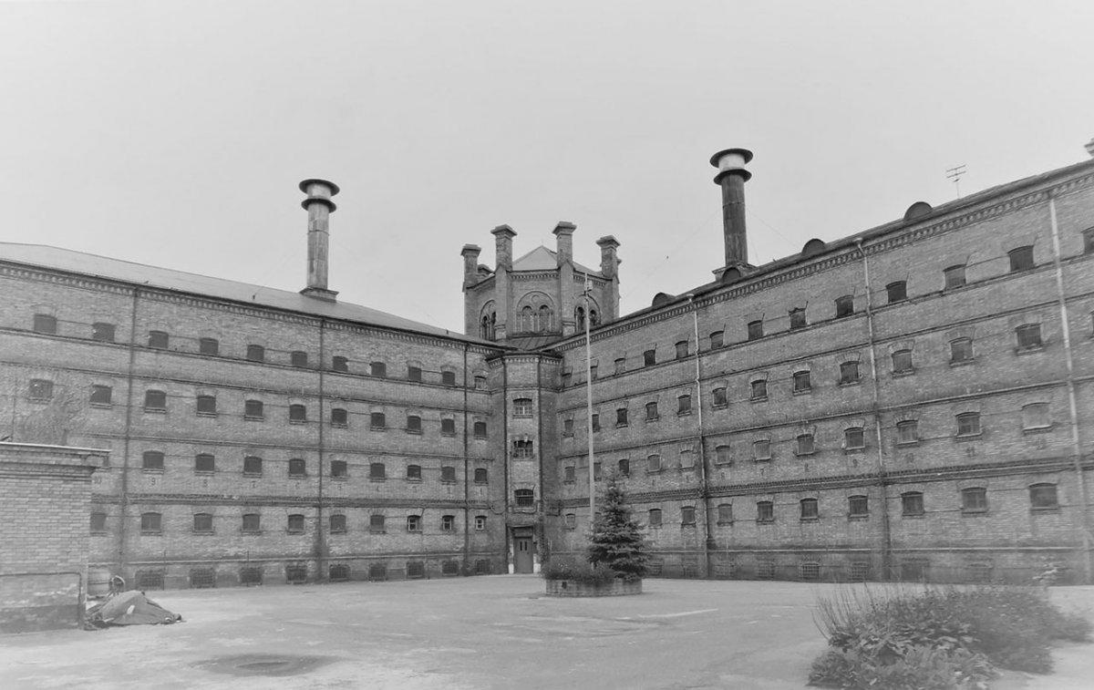 Вильнюс Во дворе тюрьмы Лукишки.