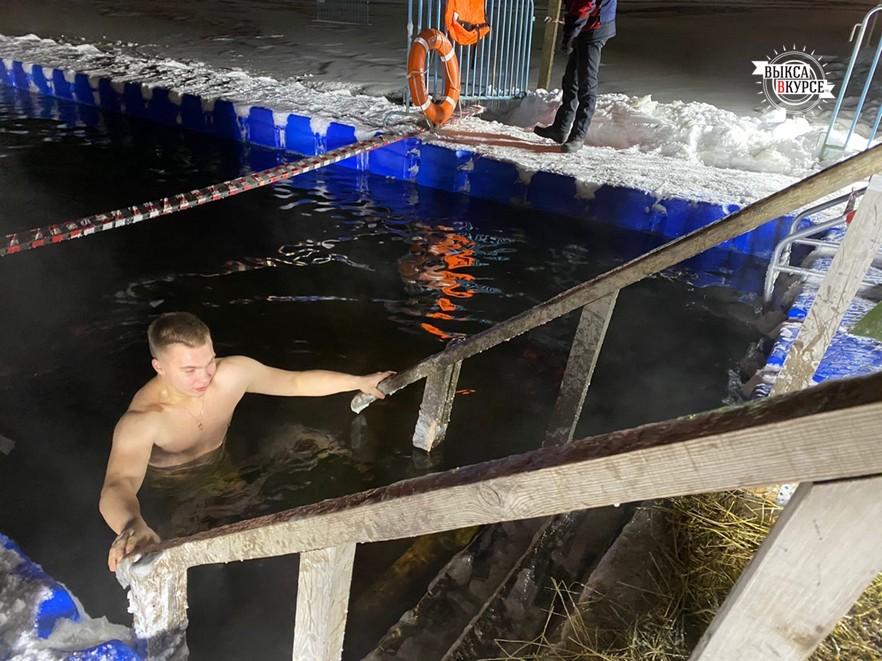 Мороз и прорубь: выксунцы отметили Крещение купаниями