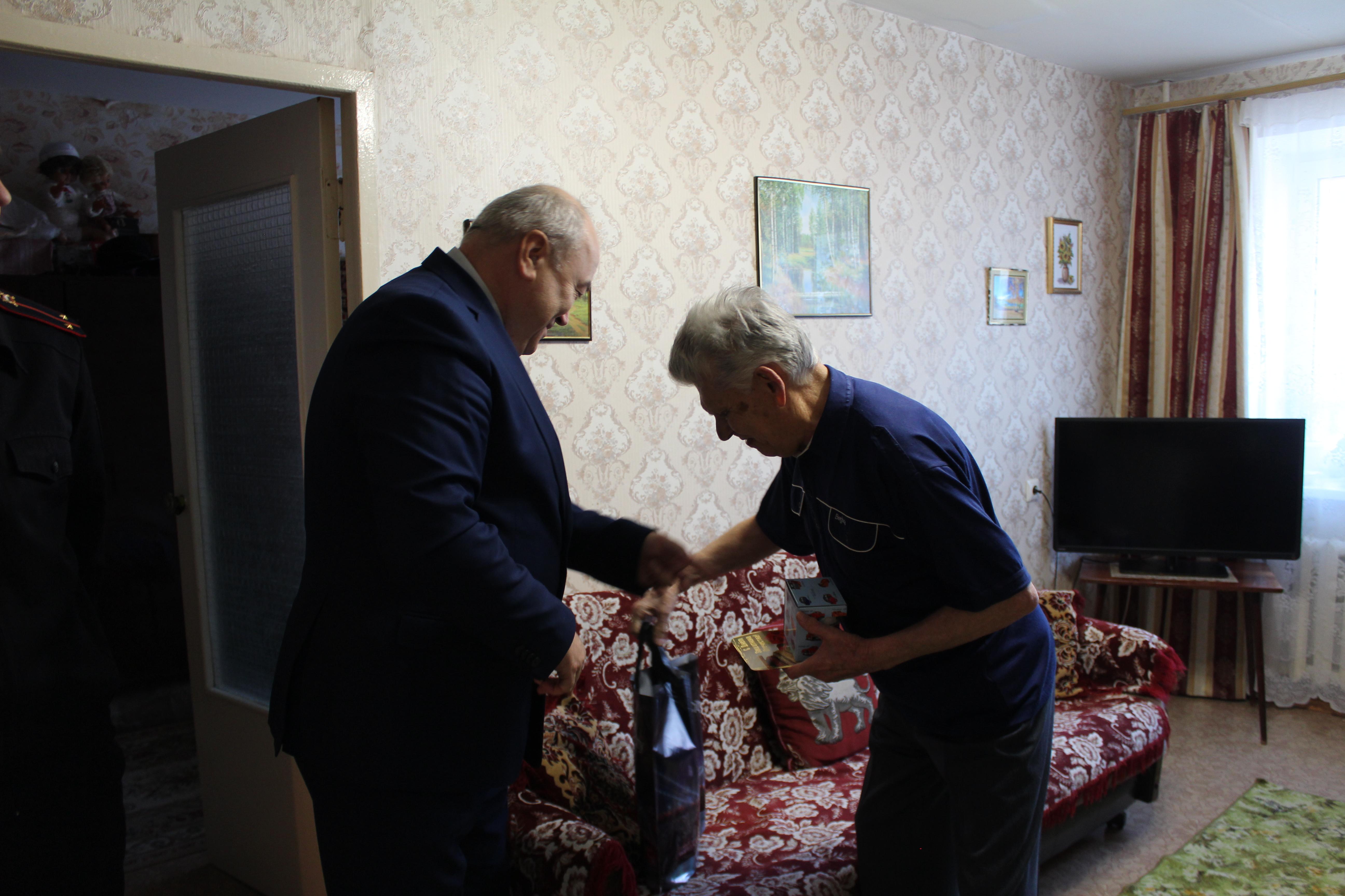 Выксунские полицейские поздравили ветеранов с 23 февраля