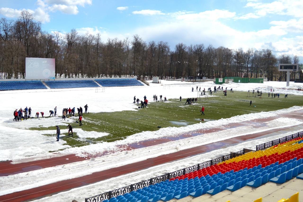 Футбольное поле «Металлурга» очистили от снега